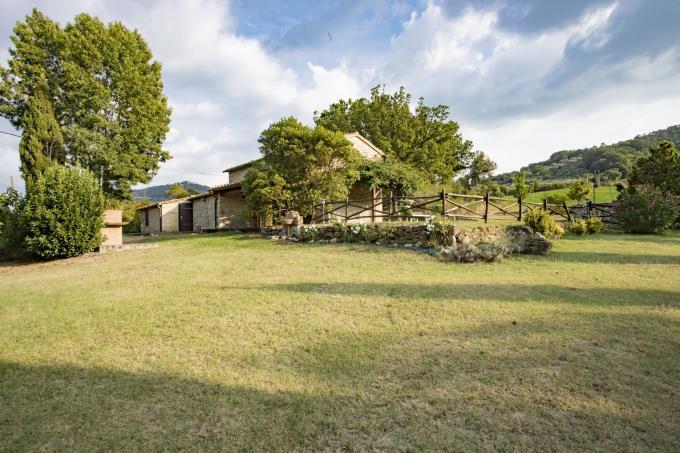giardino-rustico-casale-ristrutturato-in-vendita-toscana-pisa-volterra