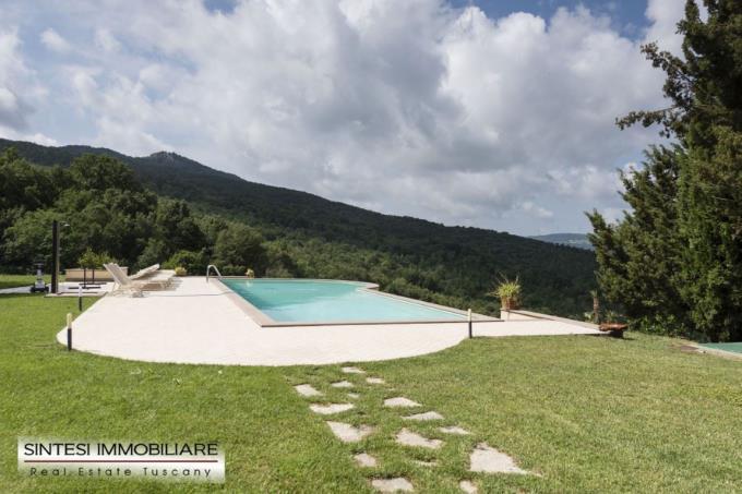 piscina-a-sfioro-tenuta-di-lusso-in-vendita-toscana-pisa-volterra