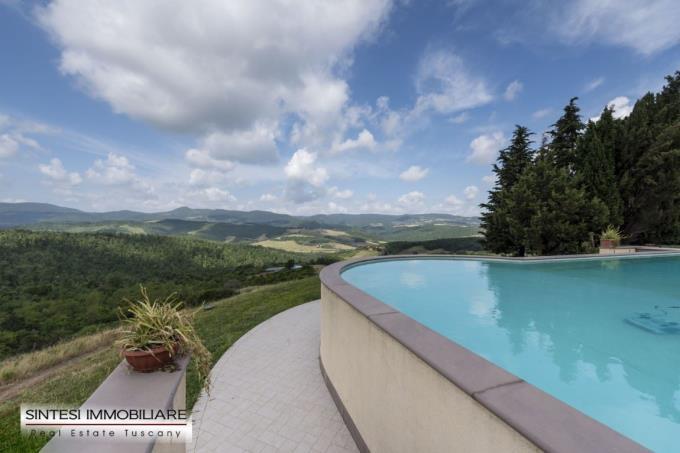 piscina-a-sfioro-esclusiva-villa-casale-in-vendita-toscana-pisa-volterra