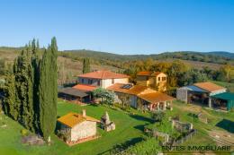 Tenuta/borgo con 2 casali 9 camere 9 bagni piu altri 3 edifici in vendita Toscana maremma Suvereto