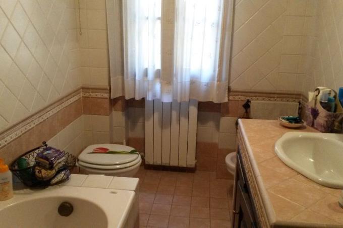 interni-bagno-principale-appartamento-vendita-toscana-mare-quercianella