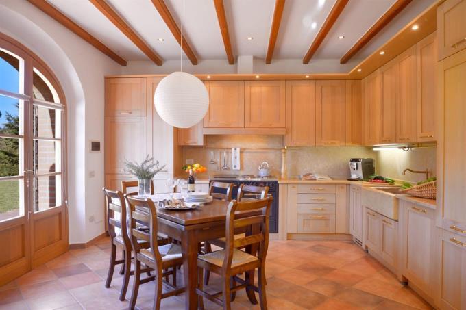 cucina-casale-ristrutturato-vicino-mare-in-vendita-toscana-livorno-bibbona