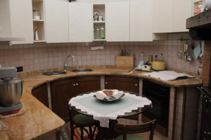 kitchen-of-18th-farmhouse-restored-for-sale-tuscany-siena.JPG