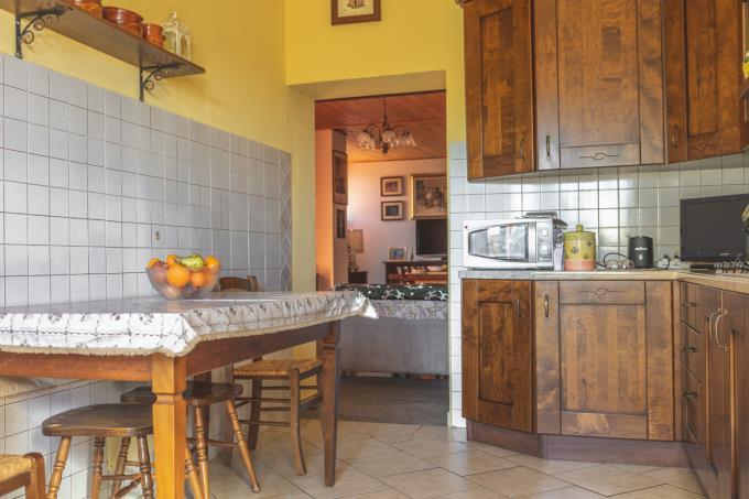 cucina-porzione-casale-in-pietra-ristrutturato-in-vendita-toscana-pisa-volterra
