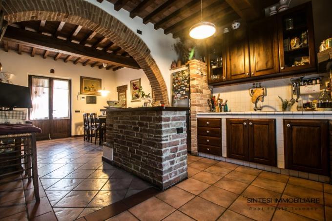 cucina-tenuta-con-villa-antica-e-casali-in-vendita-toscana-pisa-campagna-volterra