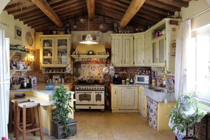 cucina-casale-in-pietra-con-piscina-in-vendita-toscana-pisa-fauglia