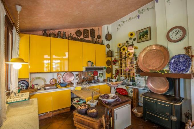 cucina-artigianale-lussuosa-villa-in-vendita-in-toscana-costa-di-livorno