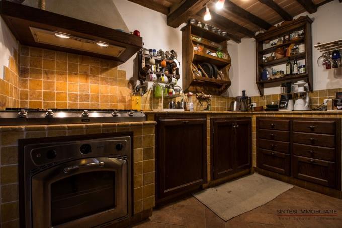 cucina-porzione-casale-ristrutturato-in-vendita-toscana-grosseto-scansano