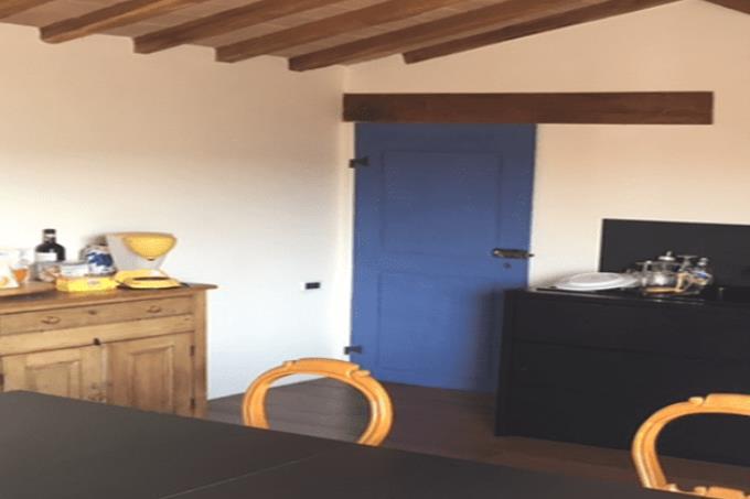 cucina-attico-vista-piazza-priori-in-vendita-toscana-volterra