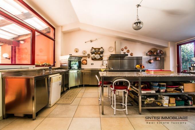 cucina-casale-di-charme-con-piscina-vista-mare-in-vendita-toscana-sud-maremma-massa-marittima
