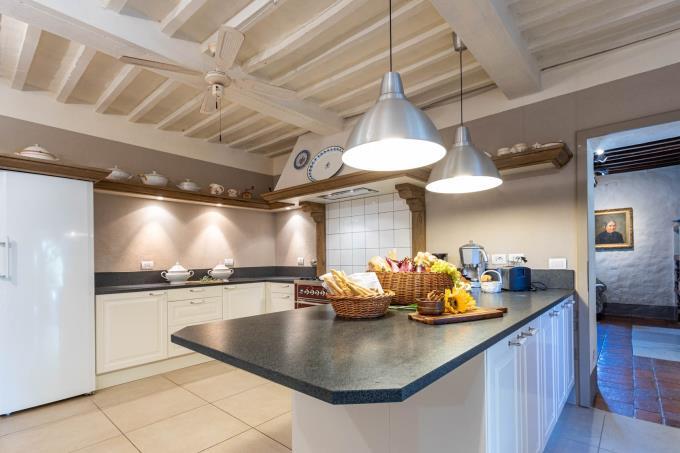cucina-tenuta-con-villa-di-lusso-piscina-vista-mare-in-vendita-toscana-maremma-suvereto