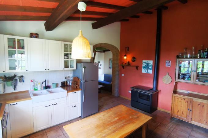 cucina-ex-fienile-ristrutturato-in-vendita-toscana-livorno-castagneto-carducci