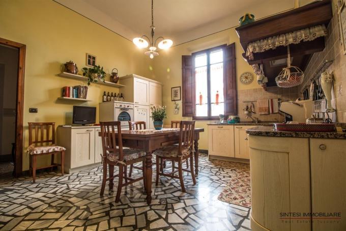 cucina-della-prestigiosa-tenuta-con-villa-d'epoca-e-2-casali-in-vendita-toscana-pisa