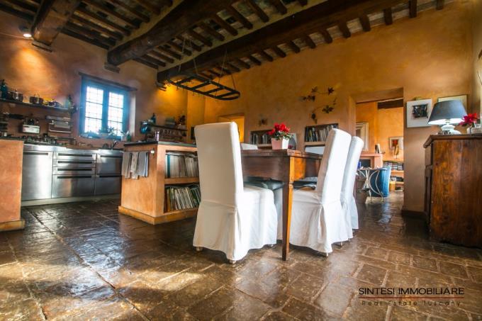 cucina-casale-di-prestigio-con-vigneto-vicino-mare-in-vendita-toscana-colline-pisane