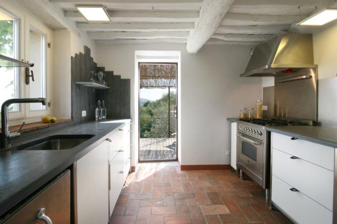 cucina-casale-ristrutturato-bioarchitettura-in-vendita-toscana-versilia