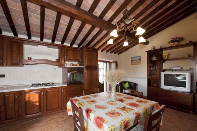 spaziosa-cucina-della-villa-vendita-toscana-chianni