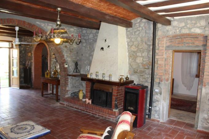 spaziosa-cucina-villa-ottocentesca-vendita-toscana-lajatico