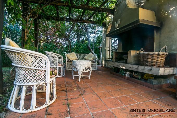 grande-terrazza-panoramica-con-camino-villa-di-prestigio-in-vendita-toscana-lucca