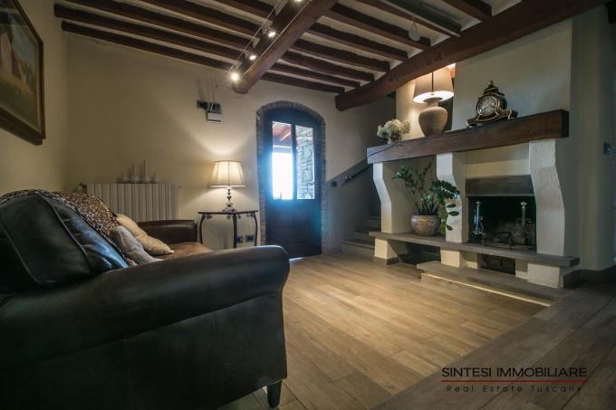 living-con-camino-originale-casale-ristrutturato-in-vendita-toscana-pisa-montecatini-val-di-cecina