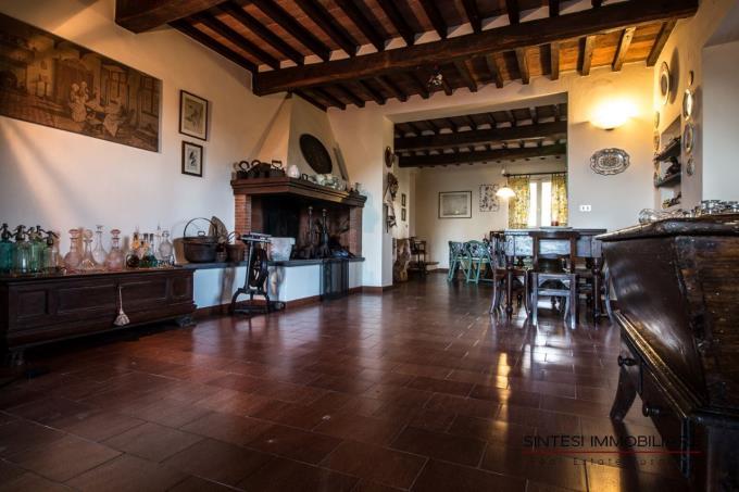 salone-con-caminetto-casale-rustico-in-vendita-Toscana-Lari-Pisa