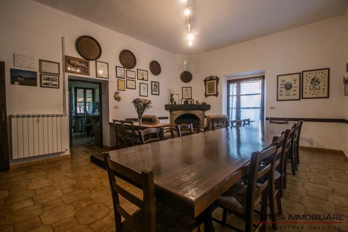 sala-con-camino-autentico-casale-7-camere-in-vendita-toscana-suvereto