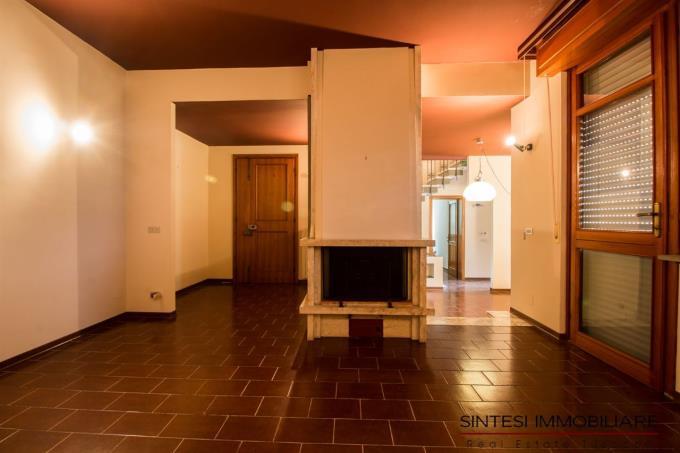sala-con-caminetto-villa-in-vendita-toscana-costa-livorno