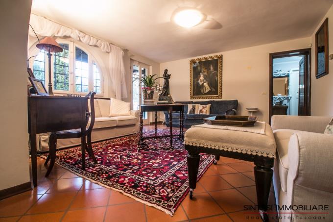 salone-con-camino-autentica-villa-con-parco-in-vendita-toscana-lucca