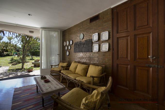 salotto-con-portico-villa-vendita-toscana-livorno