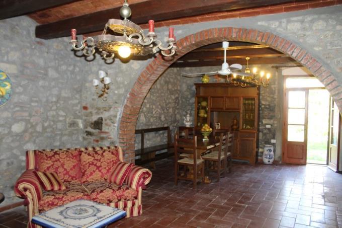 luminoso-salone-pietra-casale-ottocentesco-vendita-volterra