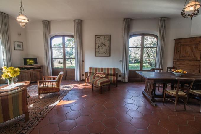 luminoso-salone-villa-con-vista-mare-in-vendita-toscana-montescudaio