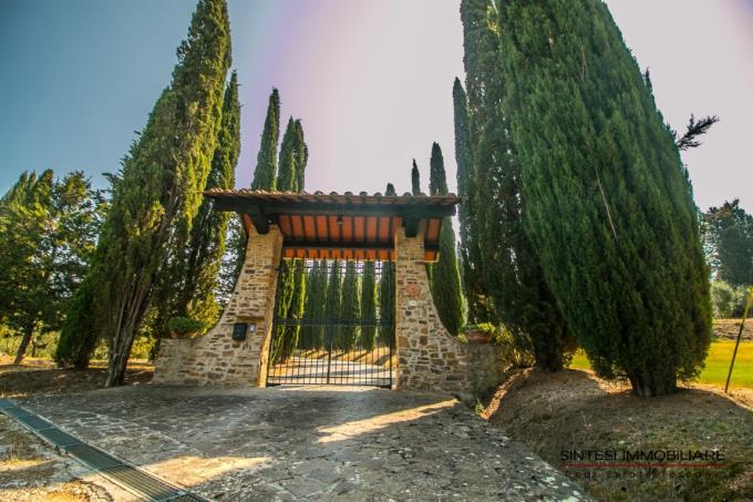 ingresso-incantevole-tenuta-con-piscina-vista-mare-in-vendita-toscana-livorno-suvereto