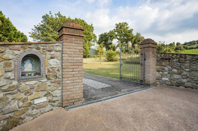 ingresso-esclusivo-casale-in-pietra-in-vendita-toscana-pisa-volterra