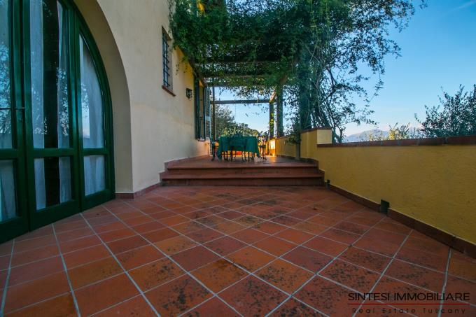 panoramica-terrazza-principale-esclusiva-villa-con-5-camere-in-vendita-toscana-lucca
