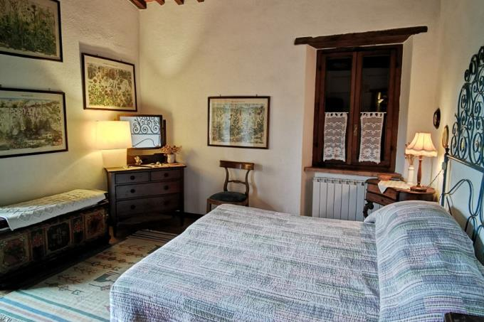 master-bed-of-luxury-estate-with-2-farmhouses-for-sale-tuscany-grosseto-scansano.jpg