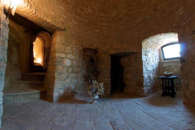 grotta-originale-tenuta-con-castello-vista-mare-in-vendita-toscana-volterra