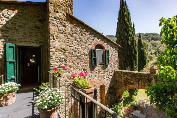 particolare-facciata-pietra-casale-vendita-toscana-castagneto