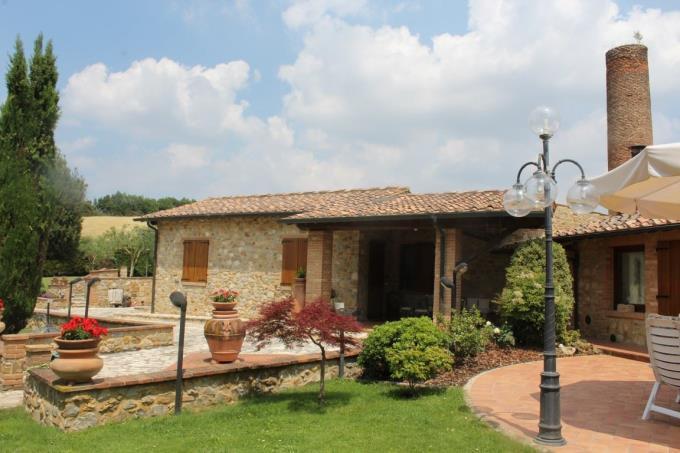 patio-prestigiosa-ex-fornace-ristrutturata-vendita-tra-siena-volterra
