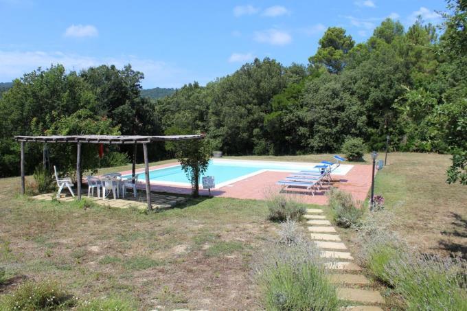 area-piscina-rustico-ristrutturato-con-piscina-in-vendita-toscana-castagneto-carducci-vicinanze
