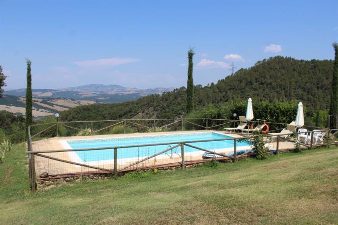 piscina-tenuta-con-2-casali-in-vendita-toscana-vicino-volterra