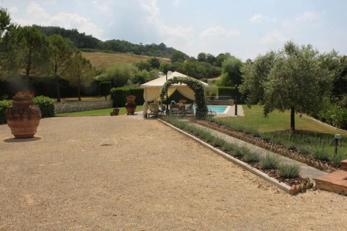 solarium-piscina-lussuoso-casale-vendita-toscana-volterra