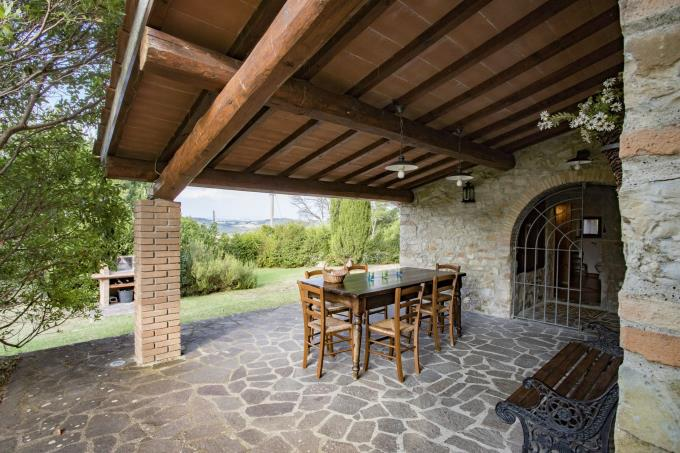 porticato-tipico-casale-in-pietra-in-vendita-toscana-pisa-volterra