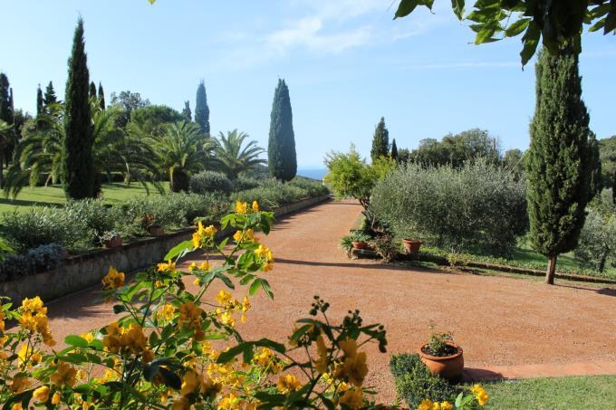 viale-d'ingresso-lussuosa-villa-vendita-toscana-costa-castiglioncello