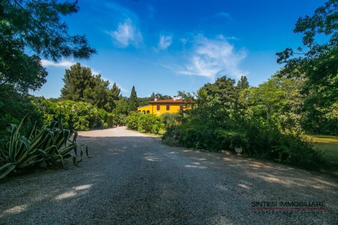 giardino-esclusiva-villa-vicino-mare-in-vendita-toscana-livorno-san-vincenzo