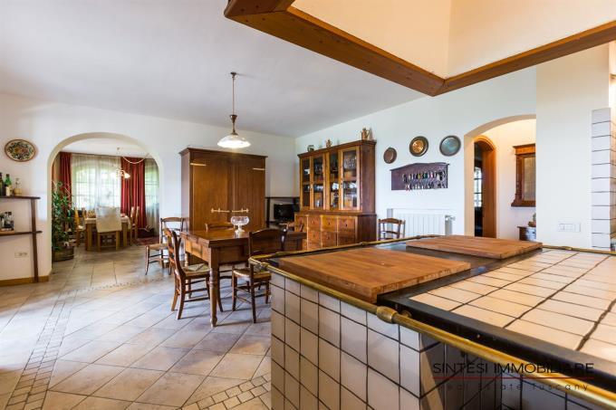 cucina-professionale-prestigiosa-tenuta-con-vigneti-in-vendita-in-toscana-livorno-bolgheri