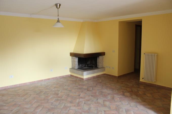 sala-con-camino-casale-in-pietra-vicino-terme-in-vendita-toscana-maremma-saturnia