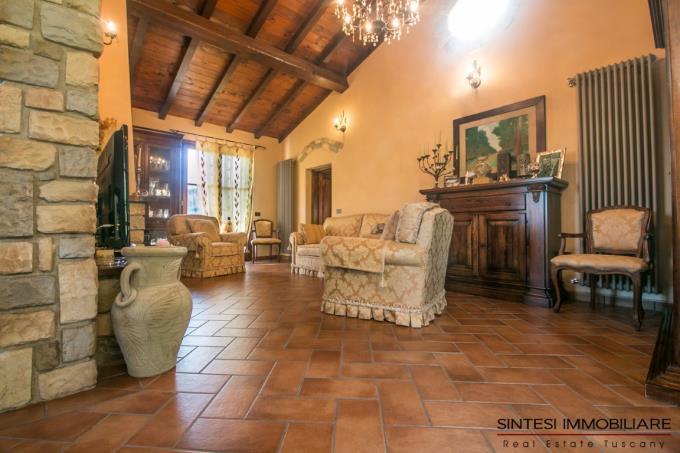 sala-con-camino-tenuta-con-oliveta-bio-in-vendita-sud-toscana-maremma-lari