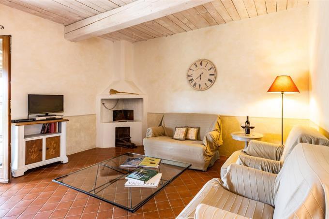 sala-con-camino-villa-prestigtiosa-con-piscina-in-vendita-toscana-maremma-campatgna.-suvereto