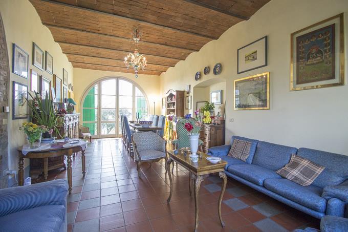 salone-antico-casale-con-piscina-otto-camere-in-vendita-toscana-maremma-scansano