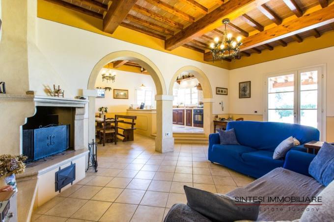 salone-caminetto-prestigiosa-villa-vendita-toscana-castellinamarittima
