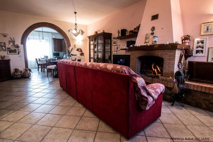 salone-casale-con-2-appartamenti-e-vigneto-in-vendita-toscana-pisa-chianni